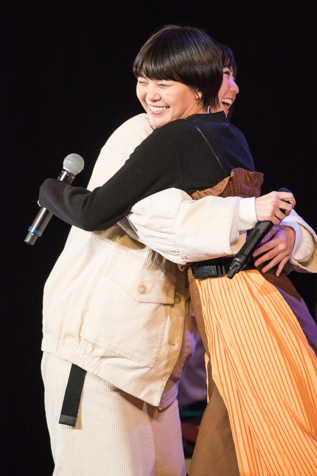 「たそがれシアター」を歌い終えて抱き合う安本彩花(左)とMegu(右)。