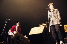 左からグレートマエカワ(B)、鈴木圭介(Vo)。(撮影:新保勇樹)