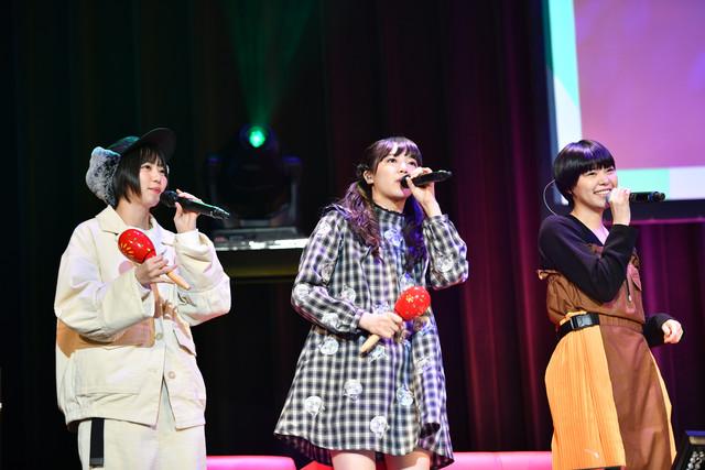 左から安本彩花、中山莉子、Megu。