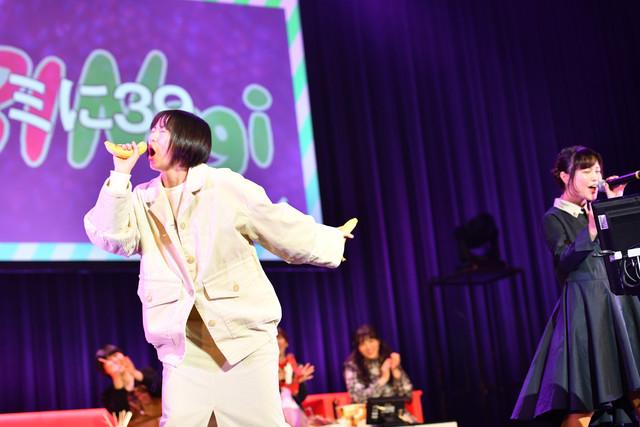 Nao☆(右)が歌う「キミに39」で気分が高まり、バナナを手にステージへと飛び出してきた安本彩花(左)。