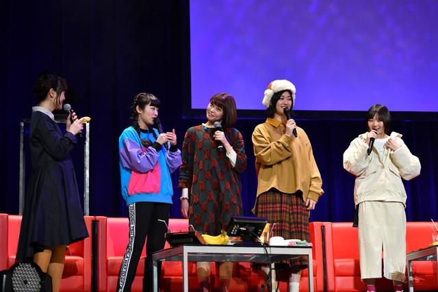 Nao☆(左端)のギャグに首をかしげるKaede(中央)。