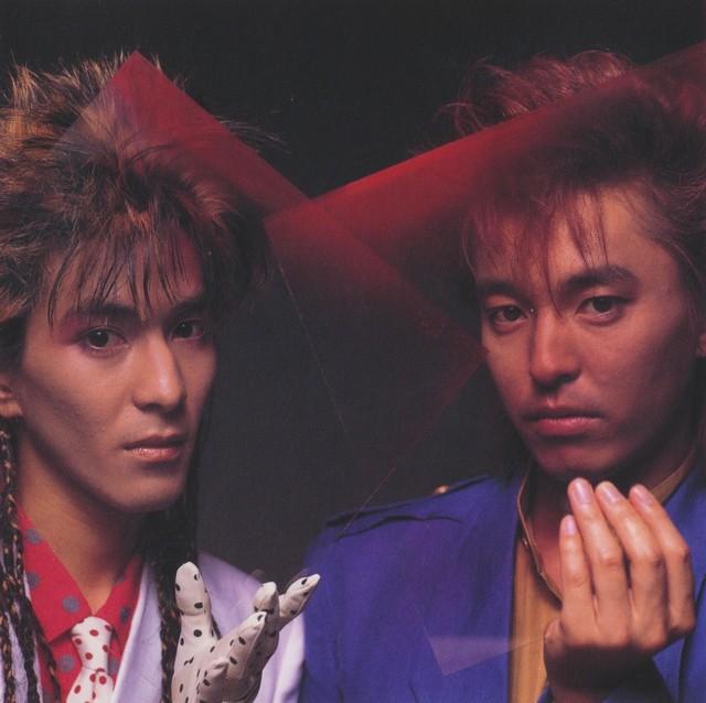 1984年デビュー当時の小室哲哉(左)と宇都宮隆。小室の風貌はCulture Clubのボーイ・ジョージを彷彿させる。(出典:「World Heritage」附録ブックレット / ソニーミュージックエンタテインメント)