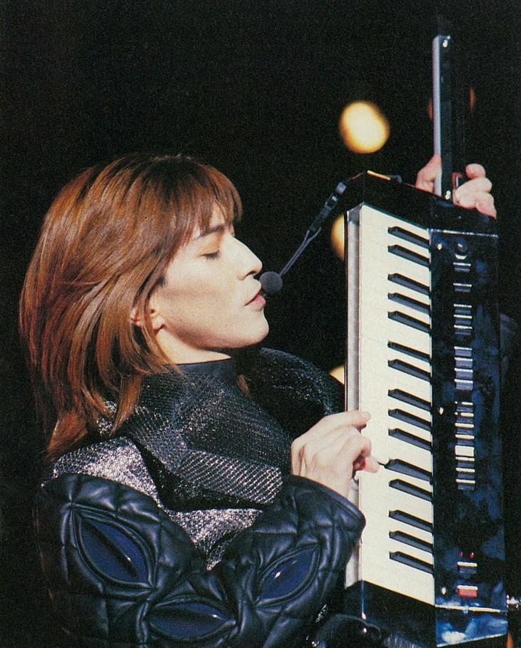 1991年3月「Rhythm Red Tour」国立代々木体育館公演の様子(出典:「Keyboard Magazine」1991年5月号 / リットーミュージック)。