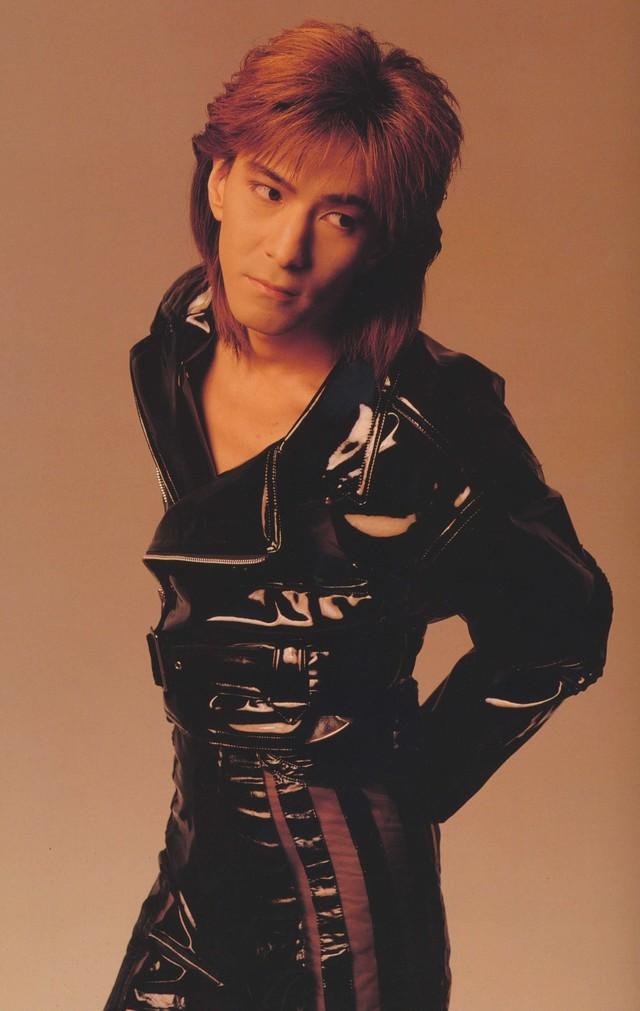 1990年、TMN時代の小室哲哉(出典:「Rhythm Red TMN Tour」パンフレット)。