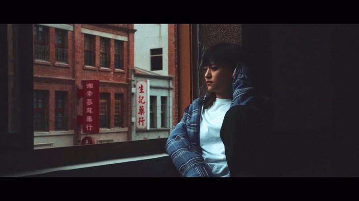 iri「Shade」ミュージックビデオのワンシーン。