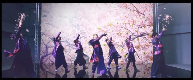 """「桜」MVのワンシーン。""""サクラフィンガー""""の瞬間。"""