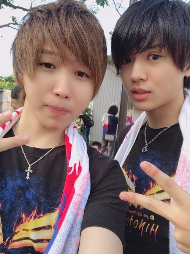 動画クリエイター仲間の桐崎栄二(右)がB'zファンでもあることが分かり、最近は一緒にライブを観に行っている。
