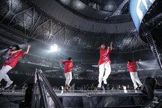 "「EXILE LIVE TOUR 2018-2019 ""STAR OF WISH""」2月10日公演での「Rising Sun」パフォーマンスの様子。"