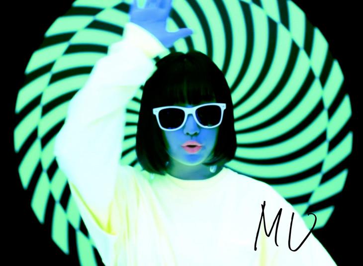 吉田凜音「MU」ミュージックビデオのワンシーン。