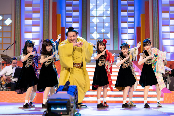 DA PUMP「U.S.A.」を踊るまねきケチャと竜電関。(Photo by Jun Yokoyama)