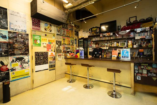 ライブスペースとは別の部屋に設けられたバースペース。