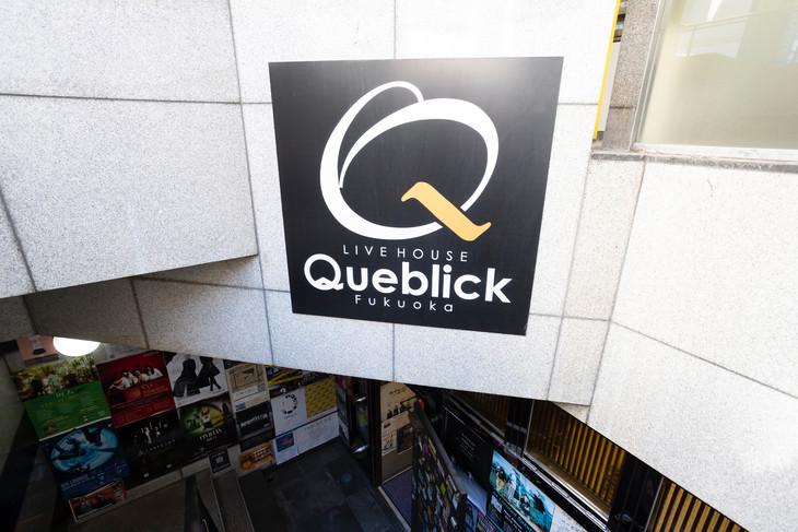 エントランスの上に設置されたQueblickの看板。