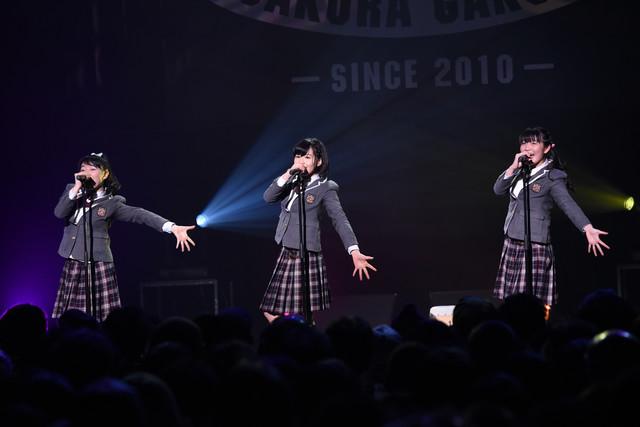 「MajiでKoiする5秒前」を歌う日高麻鈴、新谷ゆづみ、麻生真彩。