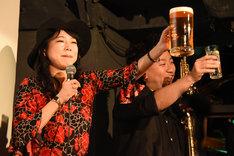 乾杯する(左から)椿鬼奴、レイザーラモンRG。