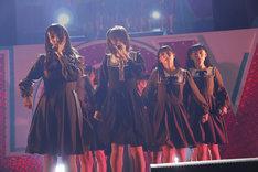 欅坂46「不協和音」を披露する=LOVE。(写真提供:SACRA MUSIC)