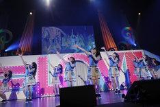 AKB48「言い訳Maybe」を披露する=LOVE。(写真提供:SACRA MUSIC)