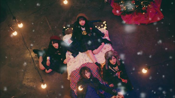 欅坂46「ごめんね クリスマス」ミュージックビデオのワンシーン。