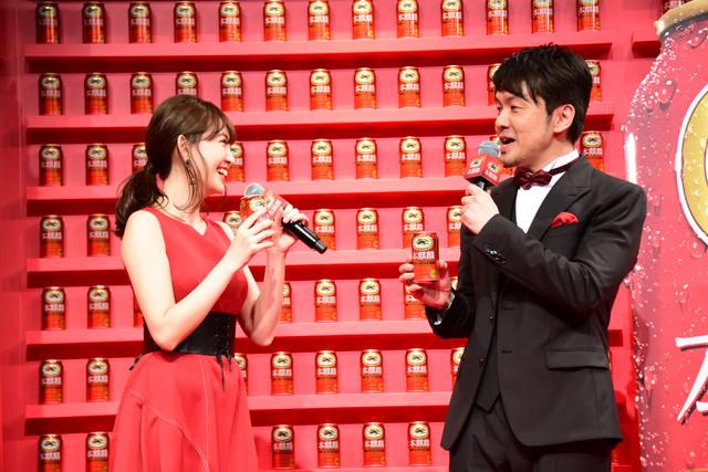 左から小嶋陽菜、土田晃之。