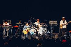 左から、フィッシュマンズ「あの娘が眠ってる」を演奏するHAKASE-SUN(key)、小嶋謙介(G)、茂木欣一(Dr)、木暮晋也(G)、柏原譲(B)。