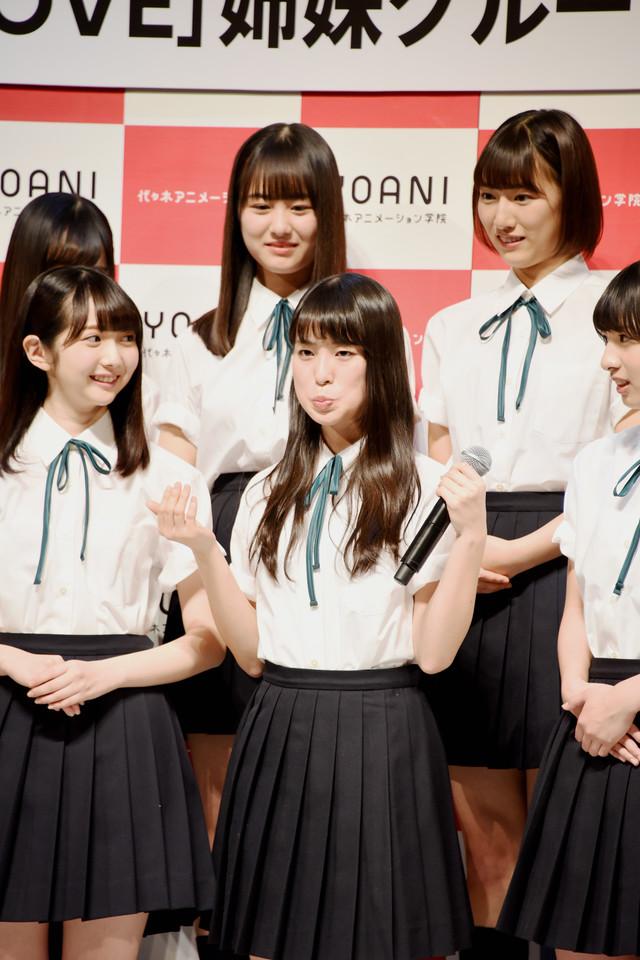 特技の「くっきーさんの顔マネ」を冨田菜々風(前列中央)が披露すると、指原莉乃から「あまり(写真を)使わないでください!」という制止が飛んだ。