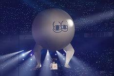 どいやさんの気球に乗る西野七瀬。(写真提供:ソニー・ミュージックレーベルズ)