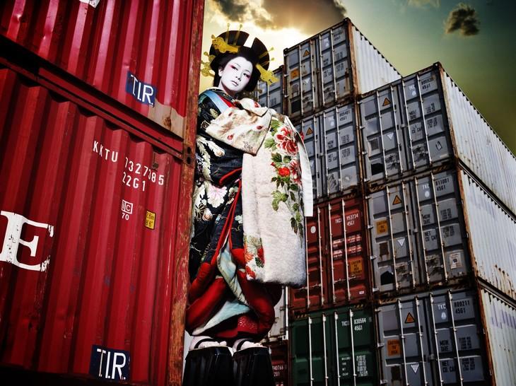 第5回ミュージック・ジャケット大賞で大賞を受賞した椎名林檎「逆輸入~港湾局~」のジャケット撮影を担当。アートディレクションは木村豊さん(Central67)が担当した。(写真提供:内田将二)