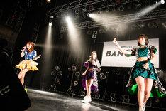 井上玲音(中央)のボイパに乗せてラップする成瀬瑛美(左)と和田桜子(右)。(撮影:曽我美芽)