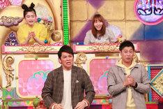 左から井上咲楽、岡田圭右(ますだおかだ)、大場美奈(SKE48)、尾形貴弘(パンサー)。(c)フジテレビ