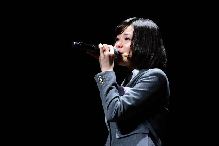 尾崎豊「失くした1/2」を歌う新谷ゆづみ。