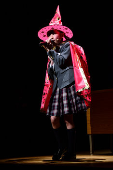 魔女っ子になりきりMAHO堂「おジャ魔女カーニバル!!」を熱唱する野崎結愛。