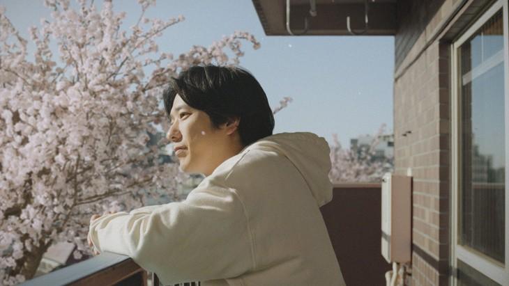 二宮和也が出演するJCBの新テレビCM「相棒のように~はじまり」編のワンシーン。