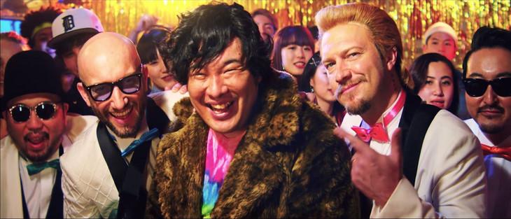 MONKEY MAJIK×岡崎体育「留学生」ミュージックビデオのワンシーン。