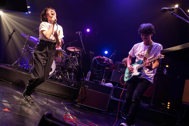 左から中村佳穂、田中和将(Vo, G)。(撮影:藤井拓)