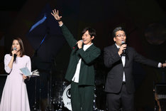 左から永島優美アナウンサー、小関裕太、軽部真一アナウンサー。 (c)フジテレビ