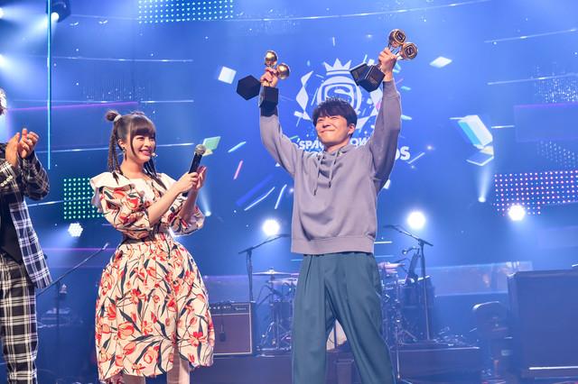 「SPACE SHOWER MUSIC AWARDS」史上初の4冠を獲得した星野源(右)。