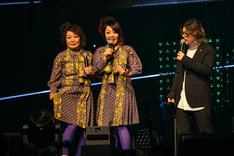左からナヲ(ドラムと女声と姉)&マキシマムザ亮君(歌と6弦と弟)の母、ナヲ(ドラムと女声と姉)、ダイスケはん(キャーキャーうるさい方)。