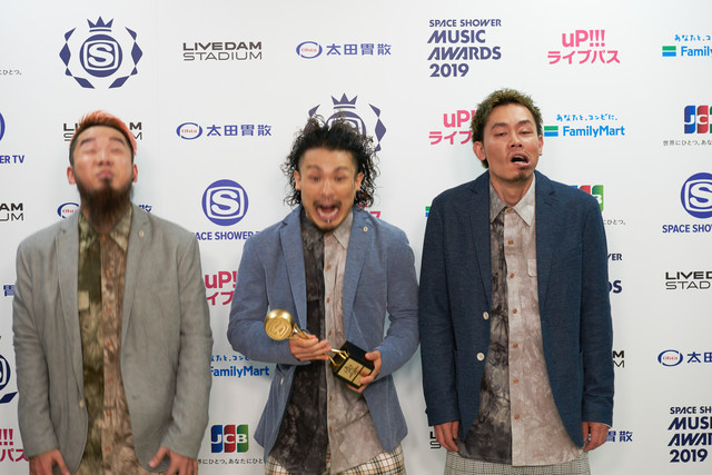 BEST ROCK ARTISTを受賞したWANIMA。