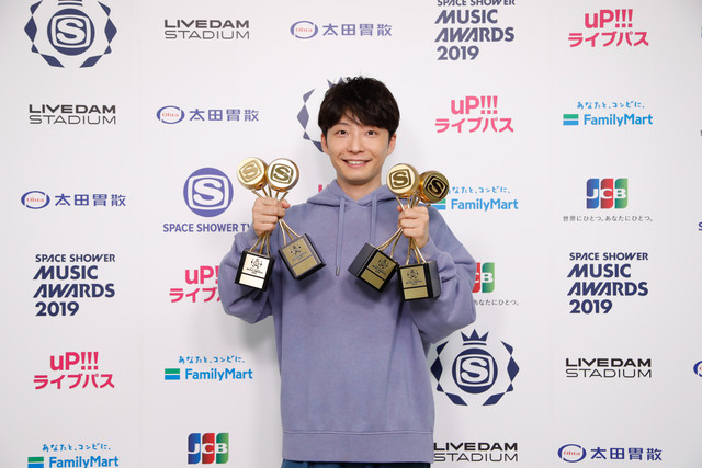 ARTIST OF THE YEAR、PEOPLE'S CHOICE、ALBUM OF THE YEAR、BEST POP ARTISTを受賞した星野源。