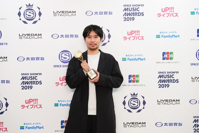 BEST VIDEO DIRECTORを受賞した山田智和。