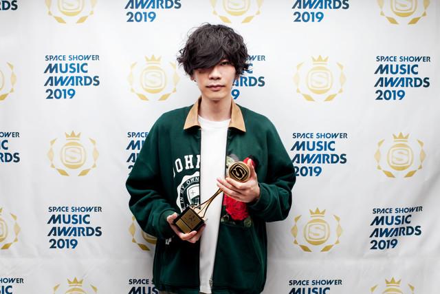 BEST MALE ARTISTを受賞した米津玄師。