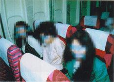 ハイジャックされた機内の様子。349人の乗客と15人の乗員は、そのほとんどがテープで目と口を塞がれ、食事も水も与えられなかった。(写真提供:NHK)