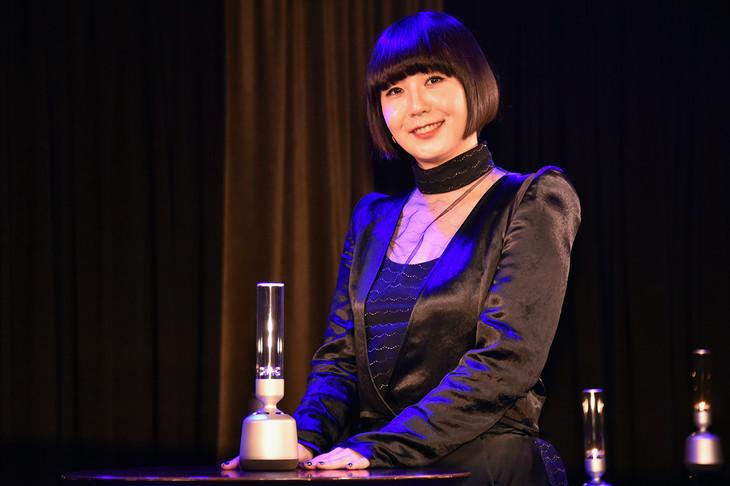 土岐麻子とソニーのグラスサウンドスピーカー「LSPX-S2」。