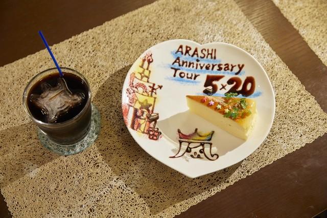 デコレーションが施された本日のケーキプレートと、ロゴマークの氷が入ったアイスコーヒー。