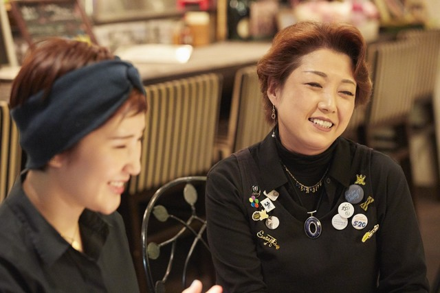 右がマネージャーの菊池安那さん。