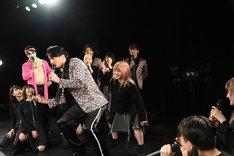 踊る小田井涼平とYUiNA EMPiRE。