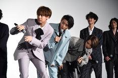 ドラマ版第1話の、果音を尾行するシーンを再現するチーム奏。左から片寄涼太、飯島寛騎、塩野瑛久。