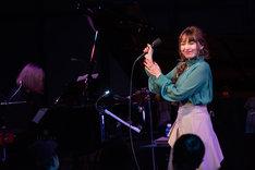 ピアノアレンジの「赤いスカート」を歌う脇田もなり。