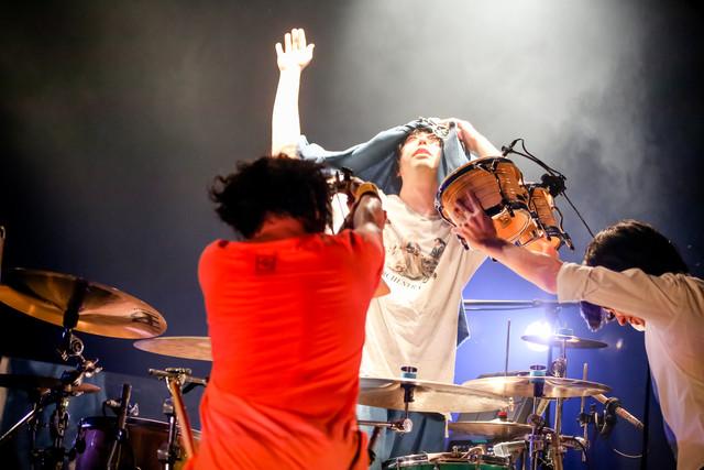 ジャケットを被ってドラムソロを披露する鈴木貴雄(Dr)と、サポートする田淵智也(B)、斎藤宏介(Vo, G)。(Photo by Viola Kam[V'z Twinkle])