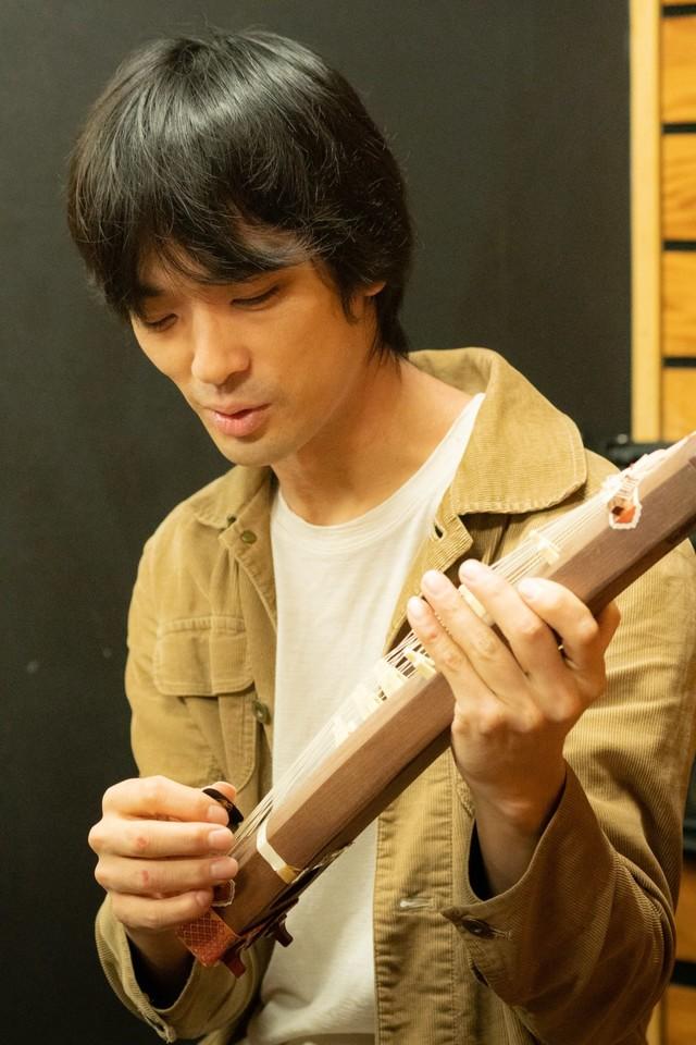 ミニ琴を演奏するトクマルシューゴ。