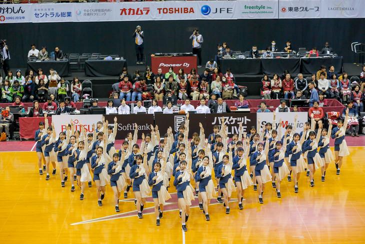 ラストアイドルが出演したB.LEAGUEの川崎ブレイブサンダース対レバンガ北海道戦のハーフタイムショーの様子。(photo by Yoshifumi Shimizu)